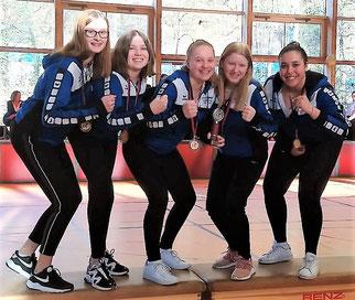 Auf unserem Bild bejubeln Jana Bäuerle, Joleen Wenzdorfer, Elena Falkenstein, Mareen Falkenstein und Selin Dönmez (v.l.n.r.) die gewonnene Medaille.