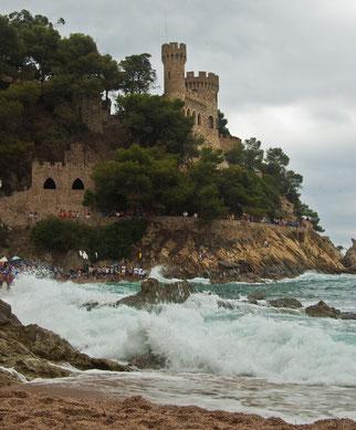 Море кипело, а на берегу зеваки ждали победителей байдарочного заплыва. Гребцы плыли, похоже из самой Тоссы.