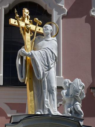 Abb. 3: Statue in Aldersbach: Bernhard mit den Leidens-Werkzeugen.