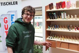 """Jascha Paul ist der Sieger der Lehrlinge des zweiten Ausbildungsjahres des Tischlerhandwerkes und zeigt stolz sein """"Gute Form Stück 2013"""". Damit sorgt er für Ordnung im Nähzimmer und jedes Garn bleibt an seinem Platz."""