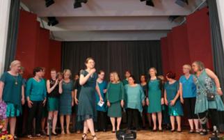 """Auftritt des Chors """"Miss Harmony""""  auf der Jubiläumsveranstaltung 25 Jahre Ökumenische Hospizgruppe"""