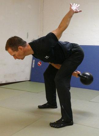 Einarmiger Swing Position zwischen den Beinen
