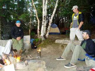 Autour du feu en camping Rabaska
