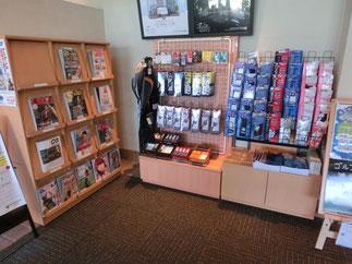 用品販売や閲覧できる雑誌がございます。