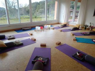 estúdio de corpo e alma, sala ampla, altar, Ganesha, chão de cortiça flutuante, fachada de vidro, saúde e bem estar