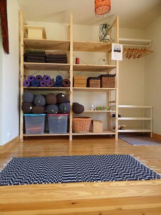 estúdio de corpo e alma, hall de entrada, materiais de yoga