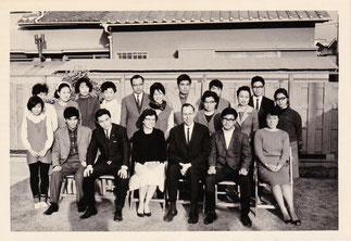 1967年バーソルド宣教師夫妻を囲んで