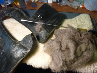 Remplissage des panneaux avec de la laine brute