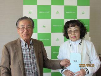横内会長と優勝した大貫節子さん