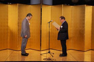 神谷理事長へ感謝状を贈る横内理事長。