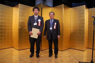 1級技能士小林典善さんと横内理事長。