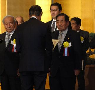髙山社長が森会長より受賞。