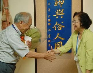 東井克夫氏へ小川安子さんから花束贈呈