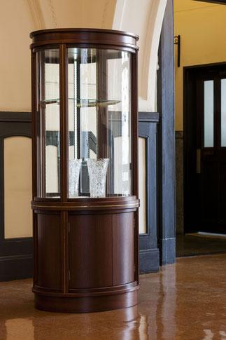 クイーンの塔のイメージ「曲面ガラスのキュリオ」