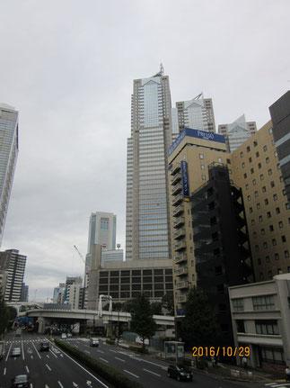会場の新宿パークタワー遠景