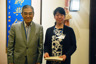 組合功労者表彰 神谷理事長と熊倉まさ子さん