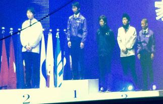 表彰台中央の清水歓太君、右端の佐藤伸吾君。