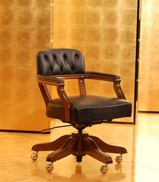 黒板神奈川県知事も絶賛した椅子です。