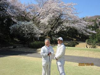 満開の桜をバックに長島氏(左)とベスグロ賞高橋氏(右)