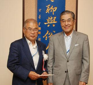 高橋保一氏へ神谷理事長から祝い金贈呈