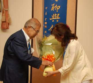 高橋保一氏へ加藤里美さんから花束贈呈