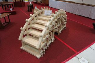 山本眞暢の「太鼓橋」-職人の技が光ります。