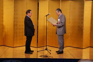横内理事長へ感謝状を贈る神谷理事長。