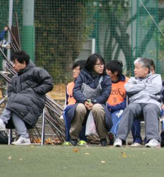 ベンチの平山先生・斉藤先生・寺嶋先生。