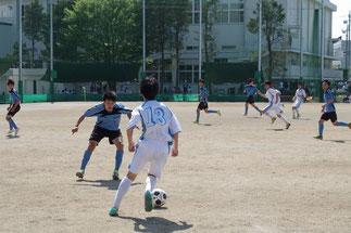 ボールキープするMF池田隼(13番)