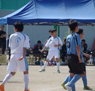 後半登場し活躍したMF山本周太郎(12番)。左は柴田。