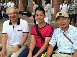 応援観戦するOB。左から小安会長、尾方副会長、寺田名誉会長。