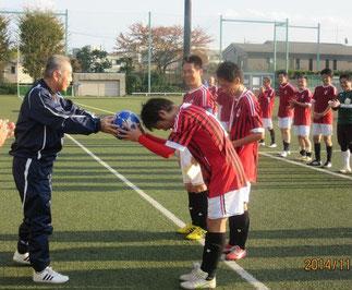 記念ボールを受ける奥村英彦(42期)OBOG会理事