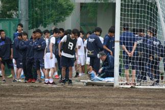 負傷した選手を看護する寺嶋先生