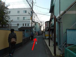 細い直線道路画像
