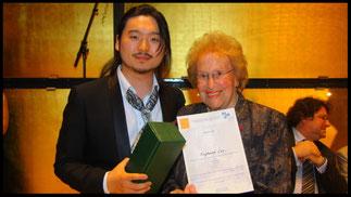 2011 Preisträger Eungkwang Lee mit Ks. Hilde Zadek. © Foto Fayer, 800x450pixel
