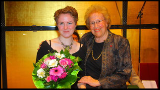 2011 Preisträgerin Johanna Greulich mit Ks. Hilde Zadek. © Foto Fayer, 800x450pixel