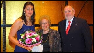 2011 Preisträgerin Ileana Mateescu mit Ks. Hilde Zadek und Vorstandsmitglied Karlheinz Kirch. © Foto Fayer, 800x450pixel