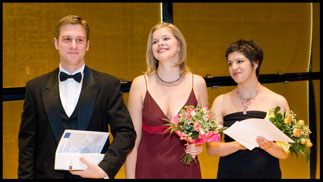 2007 v.l.n.r: Jesse Blumberg (1.Preis), Betsy Horne (2.Preis), Amira Elmadfa (3.Preis & Sonderpreis Schönberg Center) © Foto Fayer, 800x450pixel