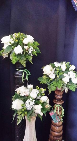 Arreglos  pequeño de rosas blancas.