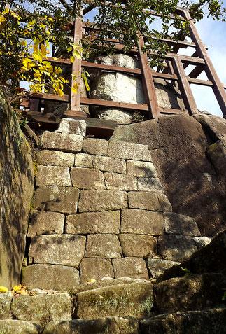天守閣跡に建てられた展望台。天守閣の柱の跡に忠実に岩の上と石垣の上にまたがって展望台の柱が立てられている。