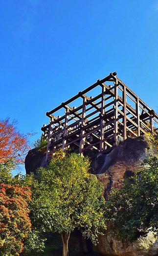 天守閣跡に建てられた展望台。