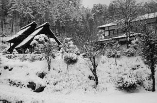 雪の茅葺き農家と奥多摩屋
