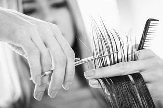 Detailaufnahme beim Haarschnitt.