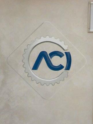 Riproduzione logo ACI presso la sede ACI di Brescia.     Il decoro è stato eseguito utilizzando la tecnica dello stencil e finitura a pennello dei filetti e delle ombreggiature.