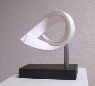sculpture en résine, solid surface, tube inox, socle bois noir