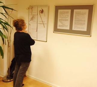 Eine Besucherin vertieft sich in den Ausstellungstext
