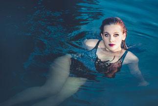 meisje zwemt in een meer