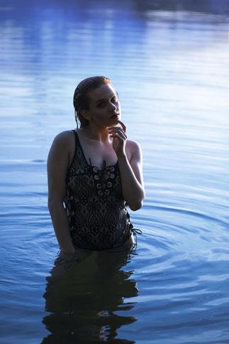 vrouw bikini water