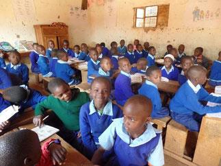 Asaph (vorne Mitte) im Schulunterricht.