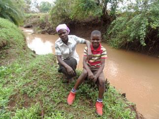 Emmanuel mit seiner Mutter am nahegelegenen Fluss